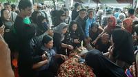 Warga melakukan tabur bunga di makam Ani Yudhoyono yang dikebumikan di TMP Kalibata, Jakarta, Minggu (2/6/2019).(Liputan6.com/ Yopi Makdori)
