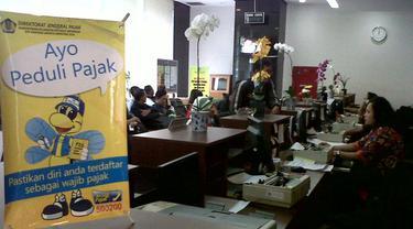 Petugas KPP Menteng Dua Jakarta melayani wajib pajak yang melaporkan SPT Tahunan
