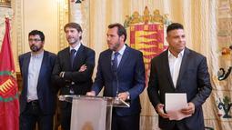 Legenda sepak bola Brasil Ronaldo (kiri), walikota Valladolid Oscar Puente, presiden Real Valladolid Carlos Suarez dan anggota dewan olahraga Valladolid Alberto Bustos saat konferensi pers di Valladolid, Spanyol, (3/9). (AFP Photo/Cesar Manso)
