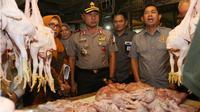 Kapolda Jawa Barat sidak pangan di Pasar Kosambi Bandung. (Liputan6.com/Polda Jabar)