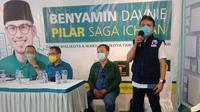 Tim pemenangan Benyamin Davnie-Pilar Saga Ichsan usai dinyatakan unggul Pilkada Tangsel 2020 versi hitung cepat. (Liputan6.com/Pramita Tristiawati)