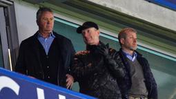 Pelatih Baru Chelsea, Guus Hiddink (kiri) dan Pemilik  Chelsea, Roman Abramovich (kanan) menyaksikan pertandingan Chelsea dan Sunderland di Stadion Stamford Bridge, London, Sabtu (19/12/2015).  (AFP Photo/Glyn Kirk)