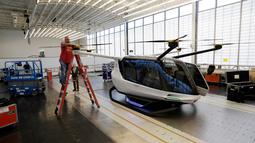 Pekerja mempersiapkan mobil terbang yang diberi nama Skai yang dikembangkan oleh perusahaan startup Alaka'I Technologies di Newbury Park, California, 28 Mei 2019. Berbeda dari yang lain, mobil terbang ini akan menggunakan bahan bakar hidrogen sebagai sumber energinya. (AP/Marcio Jose Sanchez)