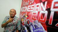 Direktur Sirkuit Sentul, Tinton Soeprapto memamerkan banner Road to Indonesian GP 2017 usai wawancara khusus dengan Liputan6.com di Sentul, Bogor, Jawa Barat (24/11/2015). (Liputan6.com/Helmi Fithriansyah)