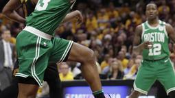 Pemain Boston, Marcus Morris (13) menangkap bola rebound saat duel dengan pemain Cavaliers pada laga final Wilayah Timur NBA basketball di Quicken Loans Arena, Clevelan, (19/5/2018). Cavaliers menang 116-86. (AP/Tony Dejak)