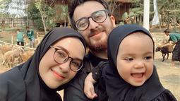 Potret kekompakan keluarga kecil Irvan ini kerap dibagikan di akun Instagram keduanya. Walaupun memiliki kesibukan yang berbeda, namun mereka tetap menyempatkan untuk meluangkan waktu bersama-sama. Potretnya terlihat ketika mereka sedang merayakan Idul Adha. (Liputan6.com/IG/@hamidahrachmayanti)