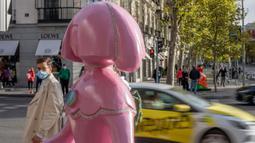 Sebuah patung yang terinspirasi dari lukisan Las Meninas terlihat di Madrid, ibu kota Spanyol, pada 18 Oktober 2020. Sejumlah seniman membuat patung yang terinspirasi dari lukisan terkenal karya Velazquez, Las Meninas, dan memajangnya di jalanan Madrid. (Xinhua/Meng Dingbo)