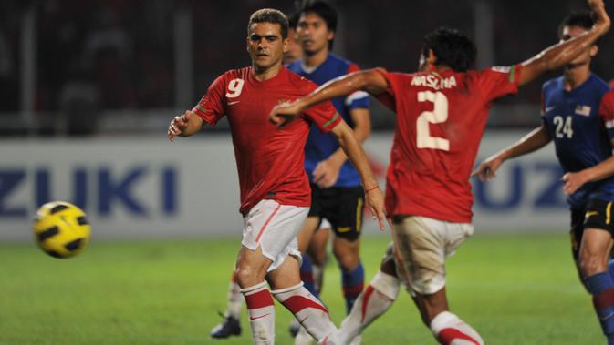 Bek Timnas Indonesia, Mohammad Nasuha, mencetak gol ke gawang Malaysia pada final Piala AFF 2010.(AFP/Bay Ismoyo)