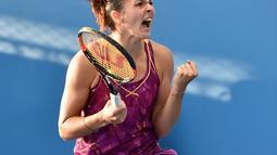 Margarita Gasparyan melakukan selebrasi usai menang atas petenis Jepang Kurumi Nara pada Australia Open 2016 di Melbourne (20/1/2016). Gasparyan memiliki beberapa kesamaan dengan Sharapova terkait permainan serta kecantikan. (AFP PHOTO/PAUL CROCK)