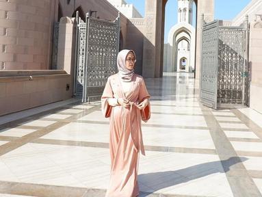 Gaya Eva Anindita dengan busa kasual muslim ini pun terlihat menawan. Dirinya pun tampil dengan sederhana saat menggunakan gamis berwarna pastel dengan hijab senada. (Liputan6.com/IG/@eva_anindita_zachrie)