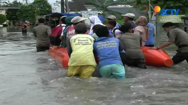 Warga Total Persada dan Perumahan Regency City mulai khawatir akibat banjir tak kunjung surut. Karena tanggul pasir darurat tak mampu lagi menahan air Kali Ledug.