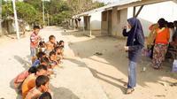 Anak-anak orang rimba di Kampung Kalukup, Bungo, Jambi, saat pertama kali belajar menggosok gigi. (Liputan6.com/ Dok. Dessy Rizky)