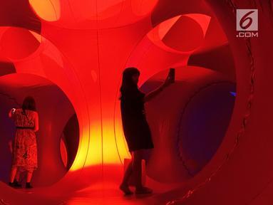Pengunjung menjelajahi instalasi seni luminarium kelas dunia atau Trilumin di pusat perbelanjaan Jakarta, Jumat (14/9). Luminarium Trilumin adalah balon raksasa penuh permainan cahaya. (Merdeka.com/Imam Buhori)