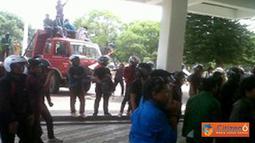 Citizen6, Makassar: Pada aksi tersebut para mahasiswa meminta Gubernur Sulawesi Selatan untuk menunjukkan kesepakatannya terhadap mahasiswa untuk pro pemerintahan Presiden SBY. (Pengirim: Irwan Mubaraq)