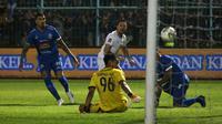 Gelandang Persebaya, Damian Lizio, melepas tembakan ke gawang Arema, namun ditepis Kartika Aji dalam leg kedua final Piala Presiden di Stadion Kanjuruhan, Malang (12/4/2019). (Bola.com/Aditya Wany)