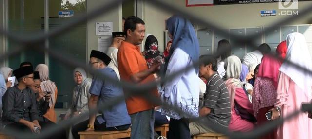 Momen hari Raya Idul Fitri dimanfaatkan sejumlah keluarga untuk membesuk anggota keluarga mereka yang sedang ditahan Komisi Pemberantasan Korupsi. Para keluarga juga membawa makanan kesukaan anggota keluarga mereka yang sedang terjerat kasus dugaan k...