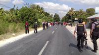 Aparat Polres Kupang pun masih melakukan penjagaan di lokasi bentrok warga. (Liputan6.com/Ola Keda)