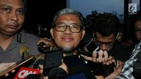 Mantan Gubernur Jawa Barat Ahmad Heryawan alias Aher menjawab pertanyaan wartawan usai diperiksa penyidik KPK, Jakarta, Rabu (9/1). Aher diperiksa sebagai saksi untuk tersangka Bupati nonaktif Bekasi Neneng Hasanah Yasin. (Merdeka.com/Dwi Narwoko)