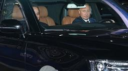 Presiden Rusia Vladimir Putin (kanan) mengendarai limosin Aurus saat menemani Presiden Mesir Abdel Fattah el-Sisi (kiri) melihat sirkuit F1 Sochi, Rusia, Rabu (17/10). Mesir menandatangani kesepakatan strategis dengan Rusia. (Alexei Druzhinin/Sputnik/AFP)