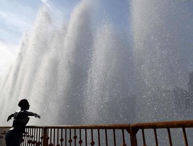 Menikmati Kesejukan Air Mancur di Taman Battersea London