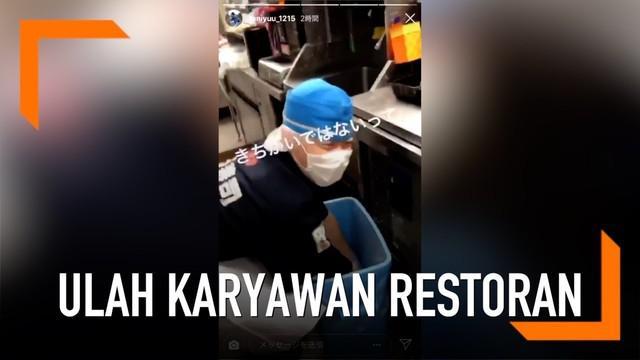 Ulah karyawan restoran sushi di Jepang ini begitu menjijikkan. Bagaimana tidak, karyawan tersebut mengolah ikan dari tempat sampah untuk disajikan.