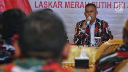Ketua Markas Daerah LMP DKI Jakarta Agus Sali memberikan pernyataan sikap, di Jakarta, Senin (28/1). Pernyataan sikap tersebut berisi mensukseskan pemilu 2019 yang aman, damai sejuk dan berintegritas juga melawan berita hoax. (Liputan6.com/Johan Tallo)