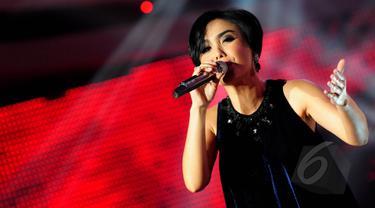 Penyanyi Yuni Shara saat tampil di acara D'Academy 2 Indosiar di Studio 5 Daan Mogot, Jakarta, (8/5/2015). (Liputan6.com/Faisal R Syam)