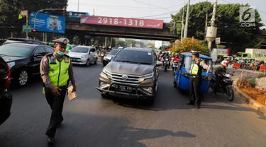 Polisi menghentikan kendaraan saat pemberlakuan perluasan sistem ganjil genap di kawasan Jalan Fatmawati Raya, Jakarta, Senin (9/9/2019). Polisi memberlakukan tilang terhadap pengendara yang melanggar aturan sistem ganjil genap di jalan tersebut. (Liputan6.com/Faizal Fanani)