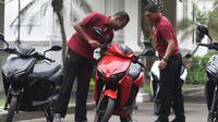 Paspampres mengecek motor Gesits di Halaman Istana Merdeka, Jakarta, Rabu (7/11). Motor Listrik Gesits ini akan hadir dengan mengusung mesin bertenaga listrik dengan daya motor sebesar 5 KW. (Liputan6.com/Angga Yuniar)
