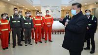 Presiden China Xi Jinping saat mengunjungi kawasan pelabuhan Chuanshan di Pelabuhan Ningbo-Zhoushan, Provinsi Zhejiang, China, Minggu (29/3/2020). Xi Jinping melakukan inspeksi terhadap proses dimulainya kembali kegiatan kerja dan produksi di Zhejiang. (Xinhua/Ju Peng)