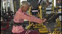 Viral Nenek Olahraga di Gym Pakai Kebaya, Masih Bugar dan Langsing. foto: TikTok @kentangmaksimall