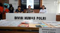 Karobibamitra Humas Mabes Pol Kombes Pol Awi Setiyono (kedua kanan) memberi keterangan terkait penangkapan tersangka kasus penyebaran ujaran bernada kebencian lewat internet di Mabes Polri Jakarta, Rabu (23/8). (Liputan6.com/Helmi Fithriansyah)