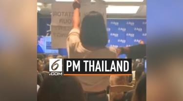 PM Thailand Prayut Chan-o-cha sedang menyampaikan pidato di acara sidang PBB, tiba-tiba dua orang wanita membuka spanduk bertuliskan dirinya diktator.