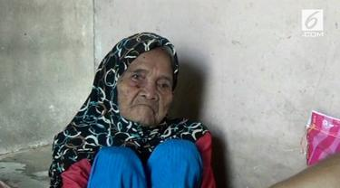 Seorang nenek tunanetra berusia 100 tahun hidup sebatang kara di Banyuasin, Sumatera Selatan. Untuk menghidupi kebutuhannya, sang nenek hanya mengandalkan bantuan dari tetangganya.