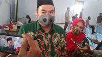 Arief Rohman didampingi Tri Yuli Setyowati saat diwawancara wartawan seusai ditetapkan menjadi calon Bupati terpilih KPU Kabupaten Blora. (Liputan6.com/Ahmad Adirin)