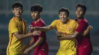 Bek Timnas Indonesia, Kadek Raditya, menjaga ketat bek China, Wang Jinze, pada laga PSSI 88th U-19 di Stadion Pakansari, Jawa Barat, Selasa (25/9/2018). Indonesia kalah 0-3 dari China. (Bola.com/Vitalis Yogi Trisna)