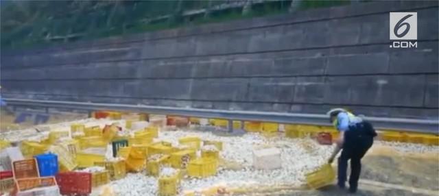 Truk pengangkut lebih dari 100.000 telur terbalik ke jalan di Provinsi Zhejiang.