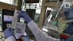 Petugas melayani pengunjung di Kebun Raya Bogor, Jawa Barat, Selasa (7/7/2020). Kebun Raya Bogor dan Kebun Raya Cibodas kembali dibuka untuk umum dengan protokol kesehatan pencegahan penyebaran pandemi COVID-19. (Liputan6.com/Herman Zakharia)