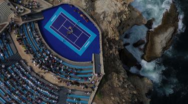 """Pemandangan dari udara, sebuah musikus Mariachi tampil saat pertandingan tenis eksibisi antara petenis Austria Dominic Thiem melawan petenis Jerman Alexander Zverev di forum """"Sinfonia del Mar"""" di Acapulco, Meksiko (26/2). (AFP Photo/Pedro Pardo)"""