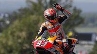 Selebrasi pembalap Repsol Honda, Marc Marquez usai memenangkan balapan MotoGP Prancis 2018 di Sirkuit Le Mans. (Twitter/Repsol Honda Team)