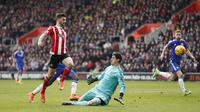 Striker Southampton Shane Long menaklukkan kiper Thibaut Courtois untuk menjebol gawang Chelsea dalam lanjutan Liga Premier Inggris di St. Mary's Stadium, Sabtu (27/2/2016). (Liputan6.com/Reuters / John Sibley Livepic)