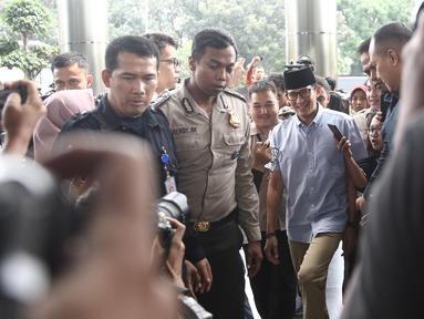 Bakal calon wakil presiden, Sandiaga Uno mendatangi gedung KPK, Jakarta, Selasa (14/8). Kedatangan Sandiaga untuk melaporkan LHKPN yang merupakan bagian dari syarat pencalonan dirinya sebagai bakal cawapres. (Liputan6.com/Herman Zakharia)
