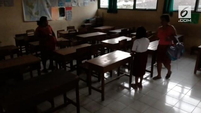 Hari pertama sekolah dimulai hari ini, usai libur panjang. Tidak hanya murid, orang tua murid di Solo bahkan ikut berebut kursi di dalam kelas.