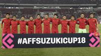 Para pemain Timnas Indonesia foto bersama sebelum melawan Timor Leste pada laga Piala AFF 2018 di SUGBK, Jakarta, Selasa (13/11). Indonesia menang 3-1 atas Timor Leste. (Bola.com/M. Iqbal Ichsan)