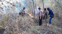 Gabungan anggota TNI dan Polisi dari Polsek Tarogong Kaler, bersigap memadamkan titik api dalam kebakaran hutan di kaki Hutan Gunung Guntur Beberapa waktu lalu (Liputan6.com/Jayadi Supriadin)