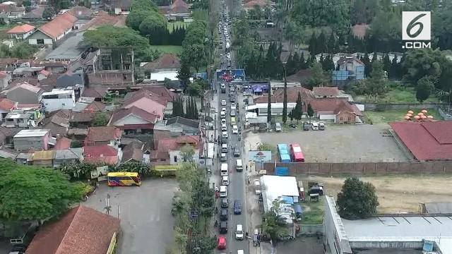 Jelang perayaan tahun baru 2019 arus lalu lintas menuju kawasan Lembang, Bandung, Jawa Barat mulai macet.