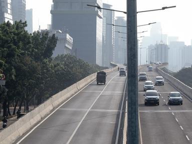 Pengendara sepeda motor melintasi Jalan Layang Non-Tol (JLNT) Kampung Melayu-Tanah Abang, Jakarta, Kamis (30/8). Meski berulang kali ditertibkan, sejumlah pemotor tetap nekat melintasi jalur khusus mobil tersebut. (Liputan6.com/Immanuel Antonius)
