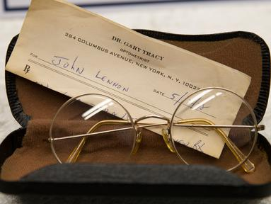 Sebuah kacamata milik mantan personel The Beatles, John Lennon diperlihatkan di Berlin, Selasa (21/11). Kepolisian Jerman berhasil menemukan kembali barang-barang peninggalan John Lenon yang dicuri pada 2006 lalu di New York. (AP/Markus Schreiber)