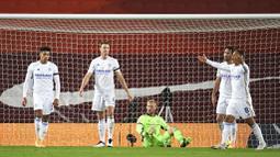Para pemain Leicester City tampak kecewa usai Jonny Evans melakukan gol bunuh diri saat melawan Liverpool pada laga Liga Inggris di Stadion Anfield, Senin (23/11/2020). Liverpool menang dengan skor 3-0. (Peter Powell/Pool via AP)
