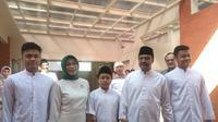 Gus Ipul bersama keluarga memberikan hak suaranya di TPS 3 Kelurahan Gayungan Surabaya. (Liputan6.com/Dian Kurniawan)